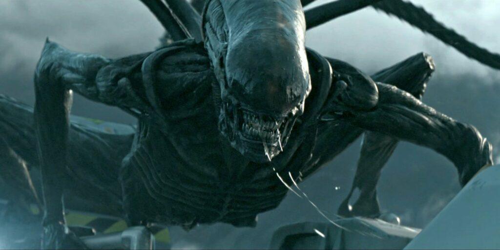 MONSTRUOS MÁS TERRORÍFICOS DEL CINE DE TERROR 8. Alien (Alien) Fotograma de la película de terror de monstruos Alien. Se ve al monstruo Alien rugiendo y atacando.