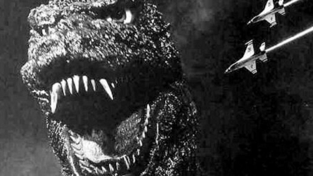 MONSTRUOS MÁS TERRORÍFICOS DEL CINE DE TERROR 2: Godzilla (Godzilla 1954) Fotograma de la película de terror de monstruos Godzilla. Se ve la cabeza del monstruo Godzilla rugiendo.