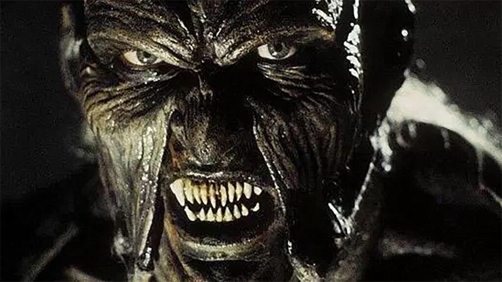MONSTRUOS MÁS TERRORÍFICOS DEL CINE DE TERROR 6. El Creeper, Jeepers Creepers Fotograma de la película de terror de monstruos Jeepers Creepers. Se ve la cabeza del monstruo el creeper rugiendo.