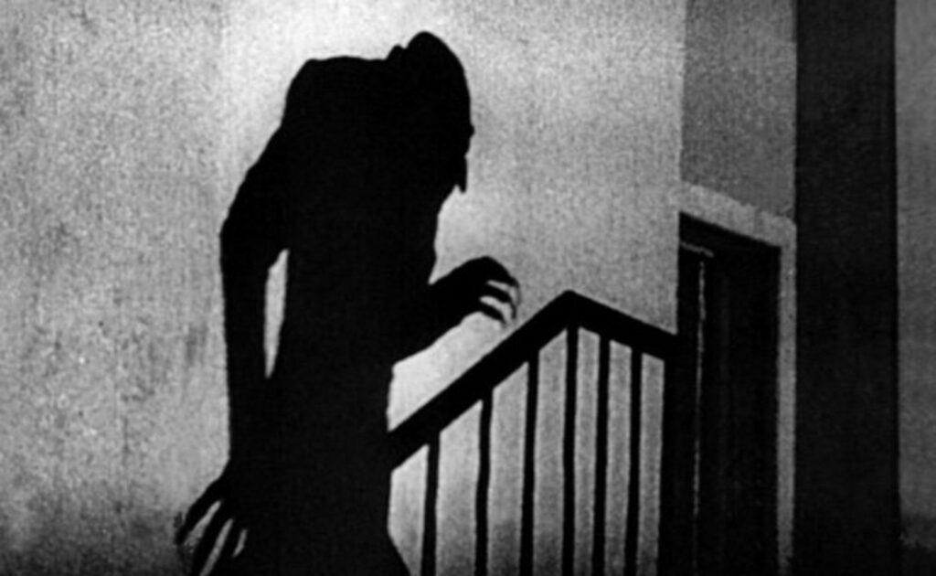 MONSTRUOS MÁS TERRORÍFICOS DEL CINE DE TERROR 1: El conde Orlok (Nosferatu 1922) Fotograma de la pelicula de terror de monstruos Nosferatu. Se ve la sombra del vampiro Nosferatu subiendo por la escalera.