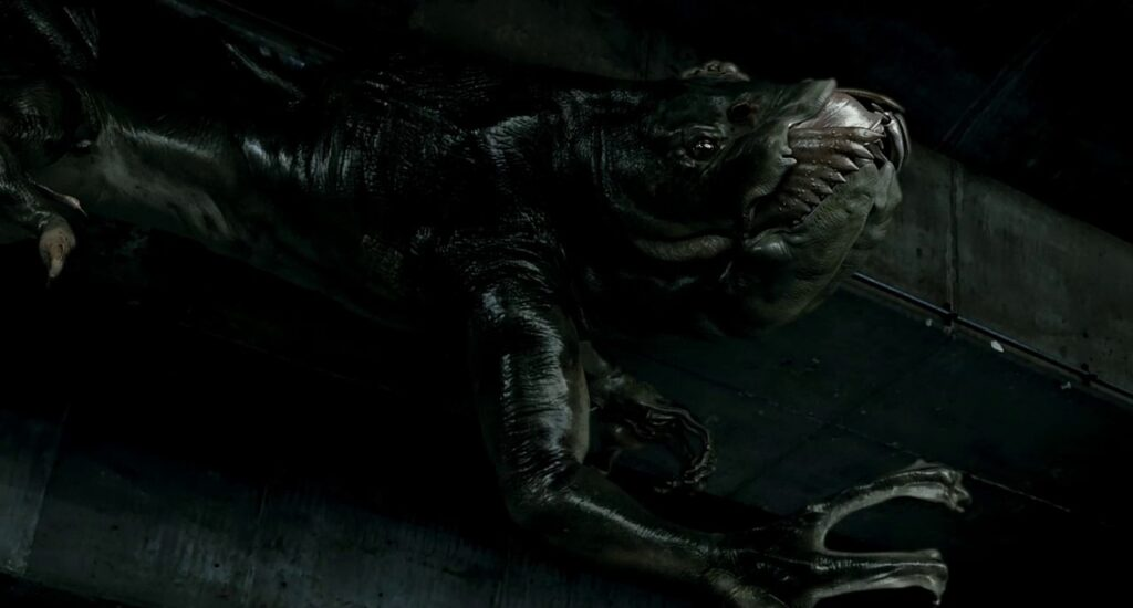 MONSTRUOS MÁS TERRORÍFICOS DEL CINE DE TERROR 4. Gwoemul The Host Fotograma de la película de terror de monstruos The host. Se ve al monstruo Gwoemul trepando por la pared.